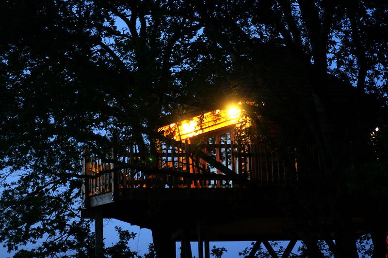 La cabane monpazier perch e dans les arbres - Nuits insolites cabane en bois montagne ...