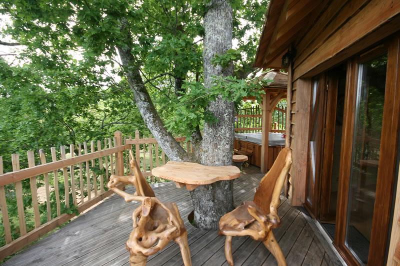 la terrasse de la cabane spa dans les arbres prigord